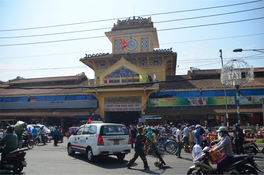 Saturday morning at Binh Tay Market