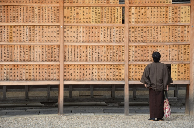 Deep in contemplation, Yasaka Shrine
