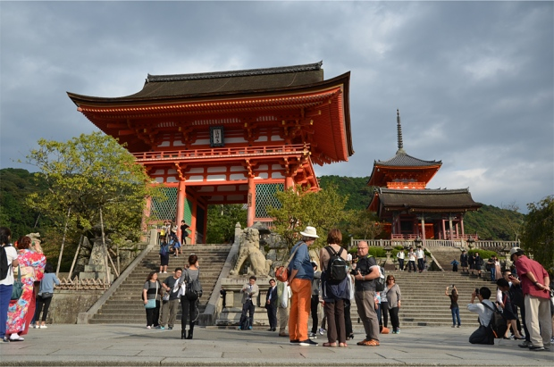 Late afternoon at the gates of Kiyomizu-dera