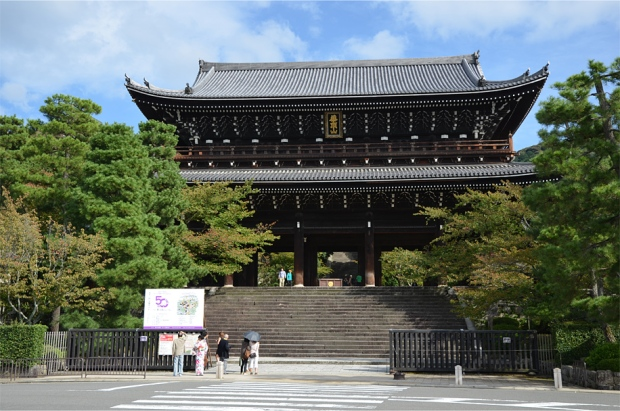 Sanmon, the enormous gate leading to Chion-in temple